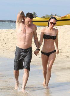 Стройная красотка Меган Фокс отдыхает на плаже в Гавайях фото #15
