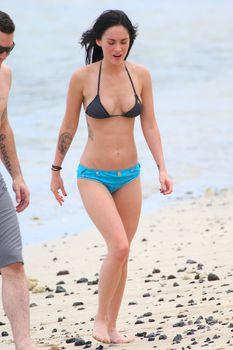Аппетитная Меган Фокс в голубых трусах на пляже в Мауи фото #5