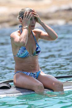 Соблазнительное тело Эльзы Патаки в голубом бикини на Корсике фото #4