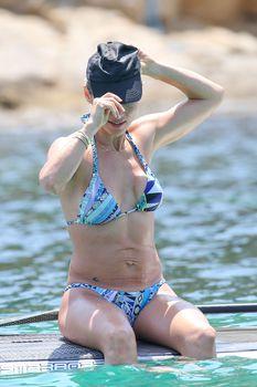 Соблазнительное тело Эльзы Патаки в голубом бикини на Корсике фото #6
