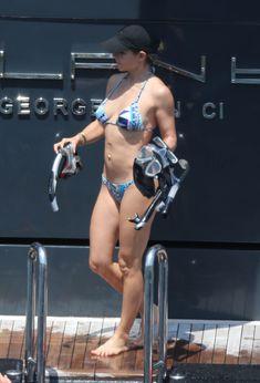 Соблазнительное тело Эльзы Патаки в голубом бикини на Корсике фото #25