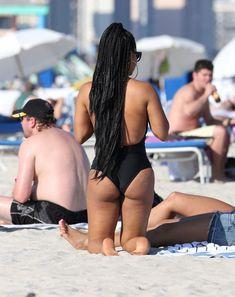 Случайный засвет Кристины Милиан на пляже Майами фото #9