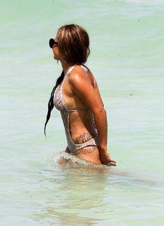 Голый сосок Кристины Милиан на пляже в Майами фото #6