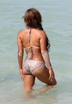 Голый сосок Кристины Милиан на пляже в Майами фото #8