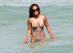 Голый сосок Кристины Милиан на пляже в Майами фото #10