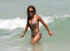 Голый сосок Кристины Милиан на пляже в Майами фото #15