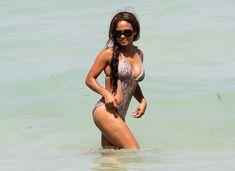 Голый сосок Кристины Милиан на пляже в Майами фото #19