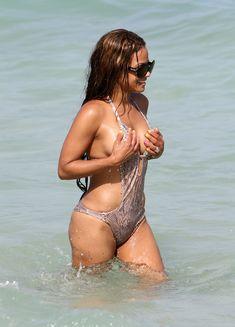 Голый сосок Кристины Милиан на пляже в Майами фото #20