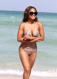 Голый сосок Кристины Милиан на пляже в Майами фото #23