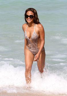 Голый сосок Кристины Милиан на пляже в Майами фото #29
