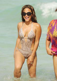Голый сосок Кристины Милиан на пляже в Майами фото #31