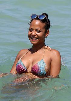Возбуждающие формы Кристины Милиан в мокром купальнике на пляже в Майами фото #16
