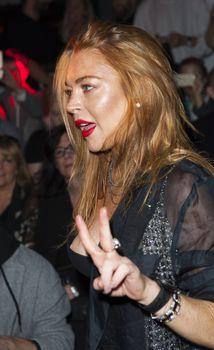 Линдси Лохан засветила сосок на показе Гаррета Пью фото #1