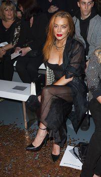 Линдси Лохан засветила сосок на показе Гаррета Пью фото #3
