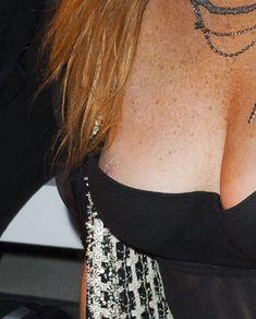Линдси Лохан засветила сосок на показе Гаррета Пью фото #4
