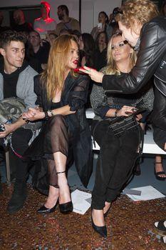 Линдси Лохан засветила сосок на показе Гаррета Пью фото #5