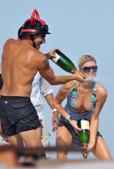 Пэрис Хилтон сжимает грудь на вечеринке в Сен-Тропе фото #9