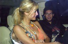 Пэрис Хилтон сидит в машине с голой грудью фото #1