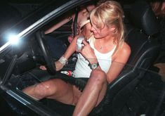 Пэрис Хилтон без трусов выходит из машины фото #1