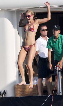 Пэрис Хилтон в купальнике на яхте фото #4
