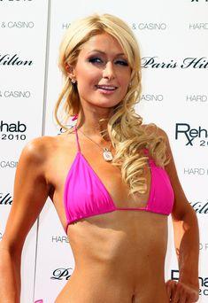 Сексуальная Пэрис Хилтон в розовом бикини на бассейной вечеринке фото #12