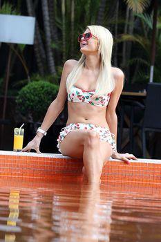 Секси Пэрис Хилтон в бикини возле бассейна в Сан-Паулу фото #10