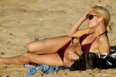 Эротичная Пэрис Хилтон на пляже фото #7