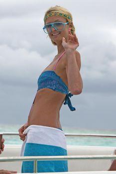 Пэрис Хилтон в цельном купальнике на Бора-Бора фото #1
