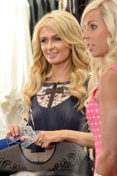Бестыжая Пэрис Хилтон в прозрачном платье в магазине фото #1