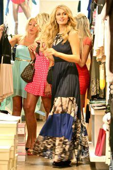 Бестыжая Пэрис Хилтон в прозрачном платье в магазине фото #2