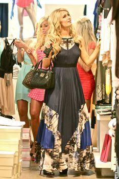 Бестыжая Пэрис Хилтон в прозрачном платье в магазине фото #3