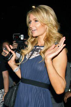 Бестыжая Пэрис Хилтон в прозрачном платье в магазине фото #4