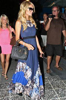 Бестыжая Пэрис Хилтон в прозрачном платье в магазине фото #5