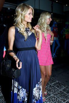 Бестыжая Пэрис Хилтон в прозрачном платье в магазине фото #7