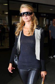 Сексапильная Пэрис Хилтон засветила грудь в Аеропорте фото #2