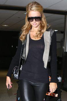 Сексапильная Пэрис Хилтон засветила грудь в Аеропорте фото #4