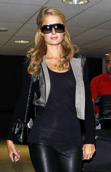 Сексапильная Пэрис Хилтон засветила грудь в Аеропорте фото #6
