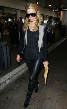 Сексапильная Пэрис Хилтон засветила грудь в Аеропорте фото #7