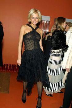 Пэрис Хилтон в просвечивающем платье фото #1