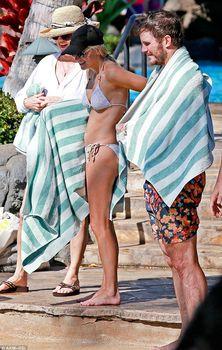 Анна Фэрис в белом бикини на пляже на Гавайях фото #3