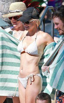Анна Фэрис в белом бикини на пляже на Гавайях фото #4