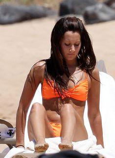 Секси Эшли Тисдейл в оранжевом бикини на Гавайях фото #5