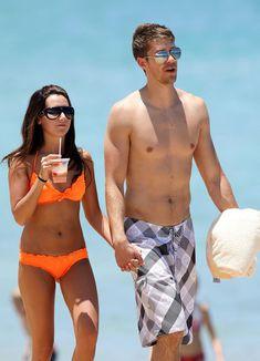 Секси Эшли Тисдейл в оранжевом бикини на Гавайях фото #12
