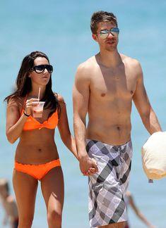 Секси Эшли Тисдейл в оранжевом бикини на Гавайях фото #13
