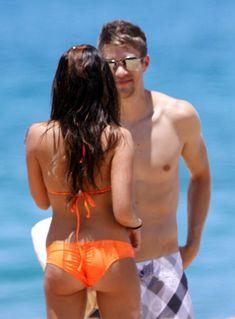 Секси Эшли Тисдейл в оранжевом бикини на Гавайях фото #14