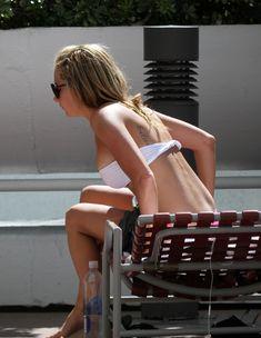 Соблазнительная Эшли Тисдейл загорает в бикини в Майами фото #20