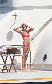 Красотка Нина Добрев развлекается на яхте в Сан-Тропе фото #2