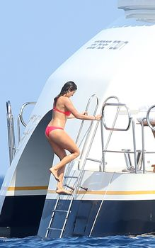 Красотка Нина Добрев развлекается на яхте в Сан-Тропе фото #11