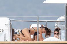 Николь Шерзингер в черном бикини на яхте фото #6
