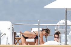 Николь Шерзингер в черном бикини на яхте фото #7